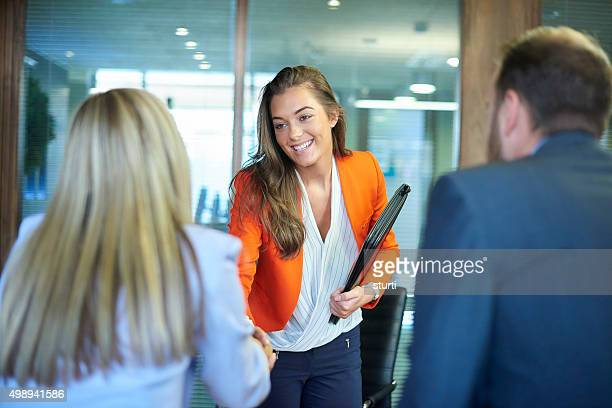 job interview first impressions - jong volwassen stockfoto's en -beelden