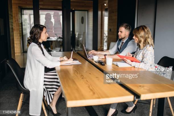 会社事務所での就職面接 - リクルーター ストックフォトと画像