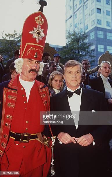 Jochen Busse Neben Mann Personal In Historischen Kostüm Rot Bei Rtl Fernsehpreis Verleihung Goldener Löwe Am