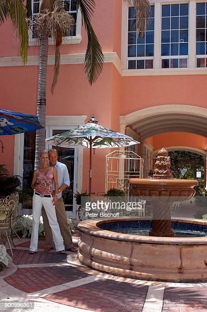 Jochen Horst Ehefrau Tina Ciamperla am Rande der Dreharbeiten zum ZDFFilm FloridaTräume Einkaufszentrum von Fort Myers USA Amerika PNr 925/2005 Frau...