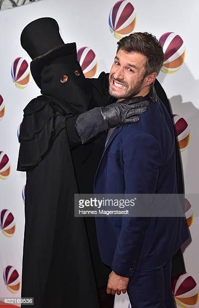 Jochen Schropp poses with Jack the Ripper during the 'Jack the Ripper Eine Frau jagt einen Moerder' Premiere at Gloria Palast on November 10 2016 in...