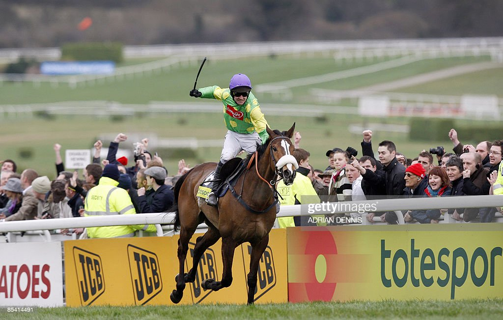 Jockey Ruby Walsh rides Kauto Star up th : News Photo