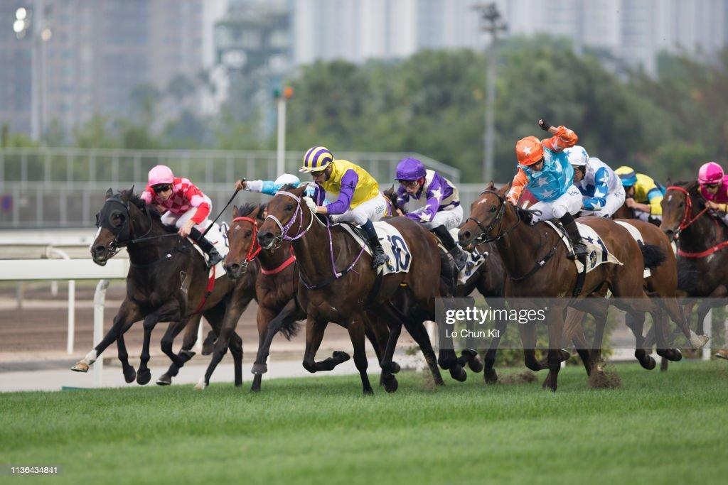 Horse Racing in Hong Kong - Sha Tin Racecourse : News Photo
