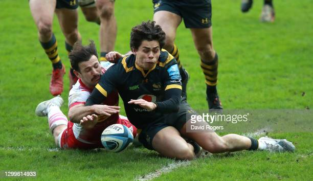 Jocob Umaga of Wasps beats Danny Care to the loose ball during the Gallagher Premiership Rugby match between Wasps and Harlequins at the Ricoh Arena...