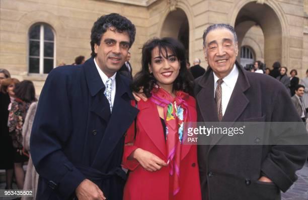 Jocya Macias avec son père Enrico Macias et le père de celuici Sylvain Ghrenassia en février 1992 à Paris France