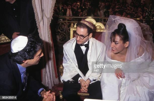Jocya Macias le jour de son mariage avec Oury Milshtein;ici avec Enrico Macias à la synagogue des Tournelles le 9 février 1992 à Paris, France.
