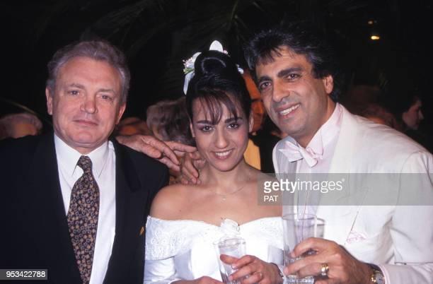 Jocya Macias le jour de son mariage, ici avec son père Enrico et Jacques Martin, à la synagogue des Tournelles le 9 février 1992 à Paris, France.