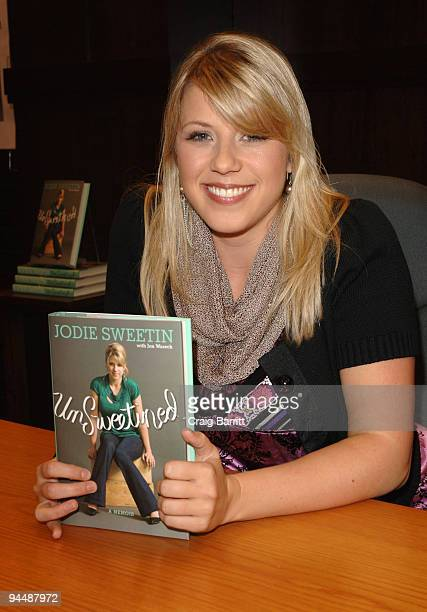 """Jodie Sweetin attends a signing for """"UnSweetined"""" on December 15, 2009 in Los Angeles, California."""
