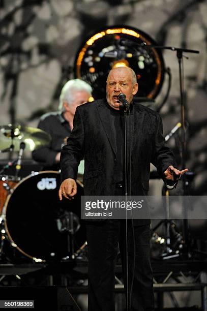 Joe Cocker der britische Rock und BluesSaenger bei einem Konzert in Hamburg o2 World Arena