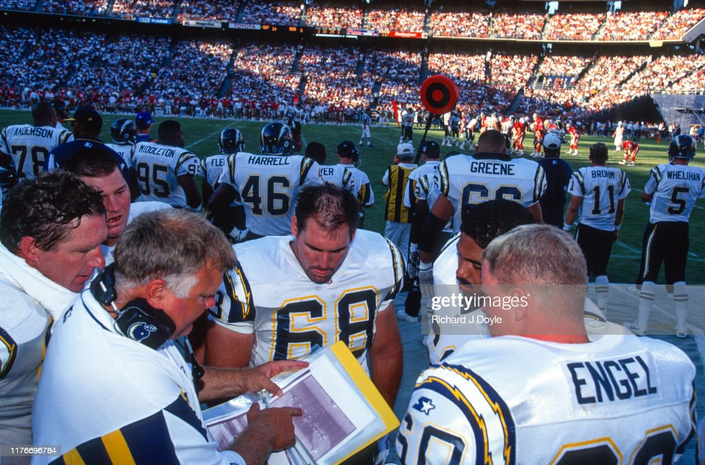 S. D. Chargers - Offense - G  # 68 Joe Cocozzo and C # 60 Greg Engel conversing with Offensive Line Coach Carl Mauck : ニュース写真