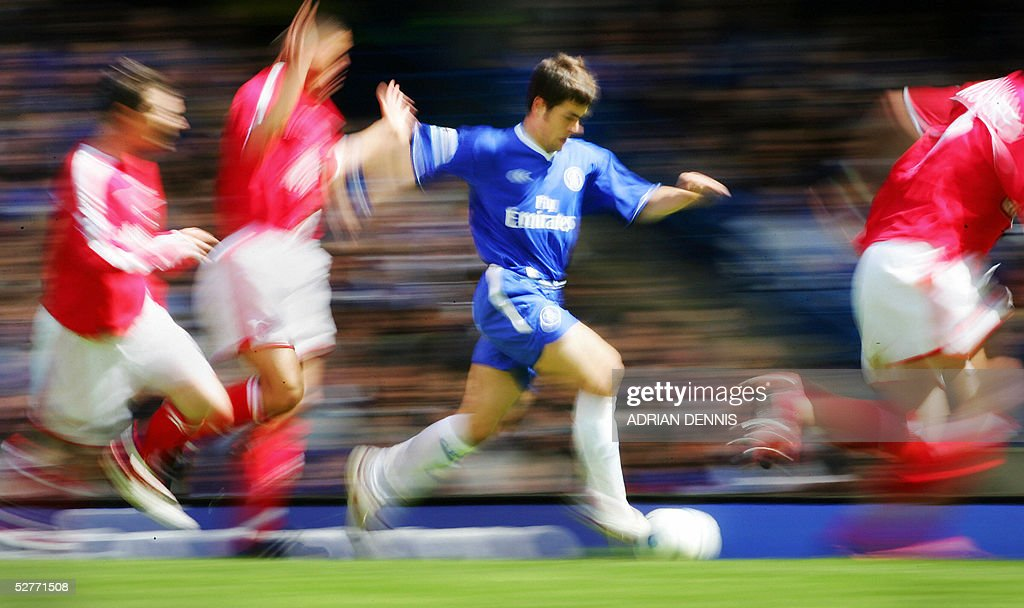 Joe Cole (C) of Chelsea dribbles the ball through Charlton defence during the Premiership match at Stamford Bridge in London 07 May 2005. AFP PHOTO Adrian DENNIS No telcos, website uses subject to subscription of a license with FAPL on www.faplweb.com <http://www.faplweb.com>