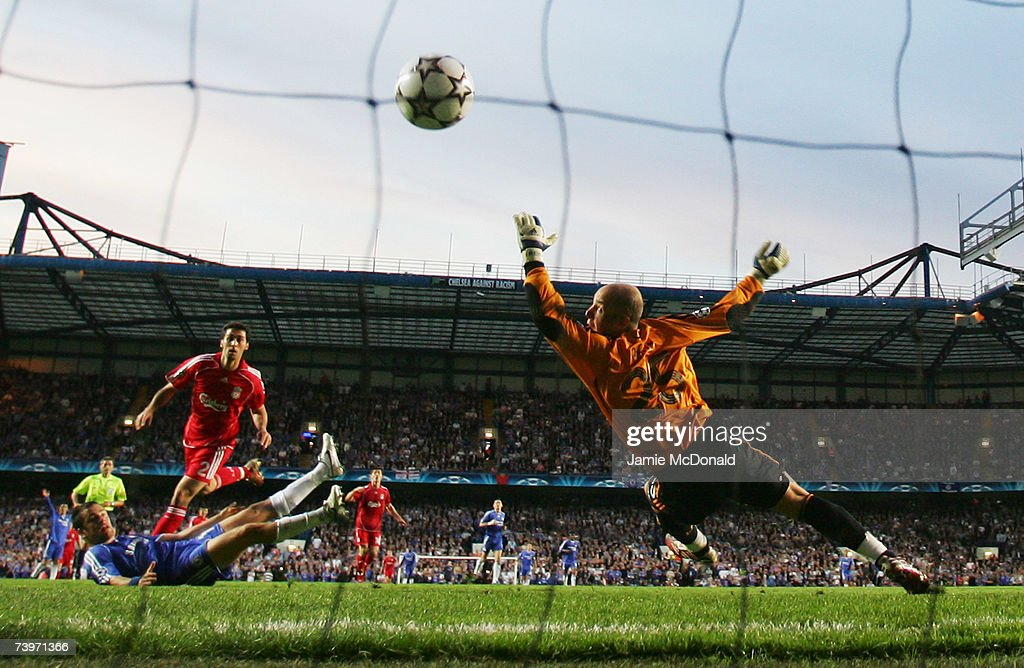 Joe Cole of Chelsea (L) shoots past Jose Reina of Liverpool to score their first goal during the UEFA Champions League semi final, first leg match between Chelsea and Liverpool at Stamford Bridge on April 25, 2007 in London, England.