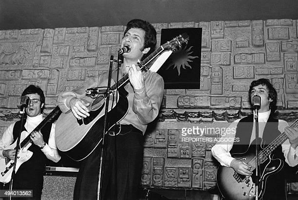 Joe Dassin et son groupe jouant et chantant circa 1970