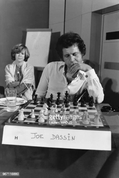 Joe Dassin jouant aux échecs contre un ordinateur lors d'un colloque international destiné à familiariser le public à l'informatique le 25 septembre...