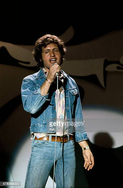 Joe Dassin on the set of broadcast program which is dedicated to him ''Number one'' realized by Marion Sarraut