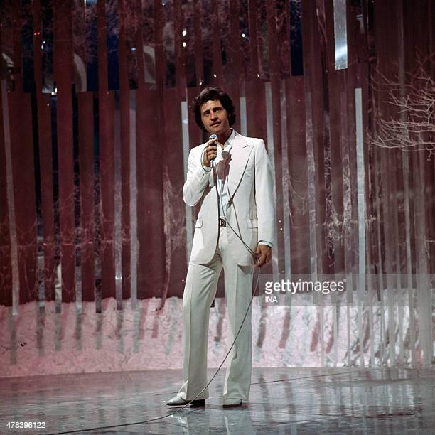 Joe Dassin sings on the set ''Number one''