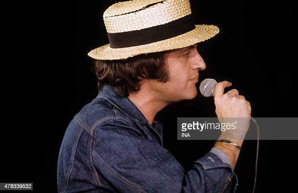 Joe Dassin the microphone in the hand and the hat on the head on stage to Olympia