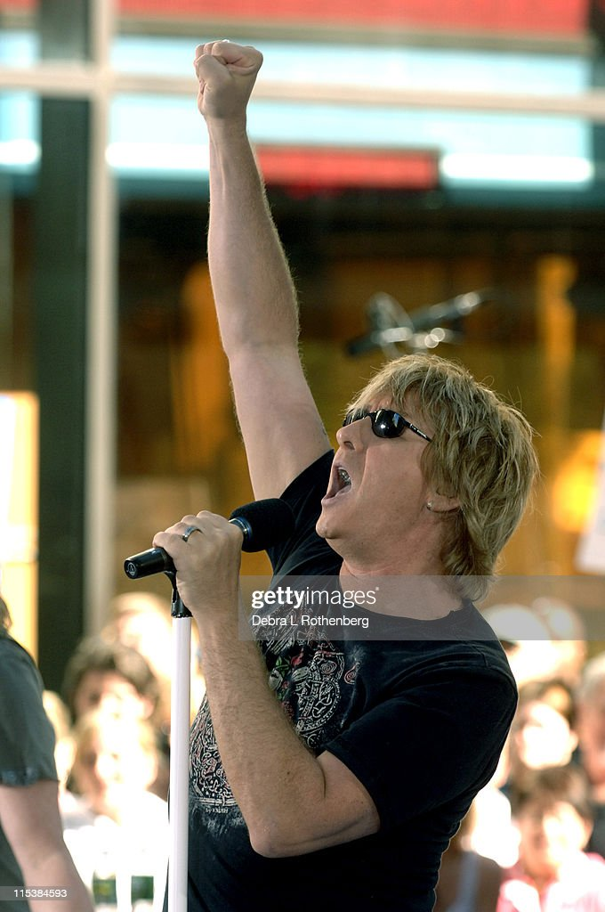 "Bryan Adams and Def Leppard Perform on the 2005 ""Today"" Show Summer Concert Series : Foto jornalística"