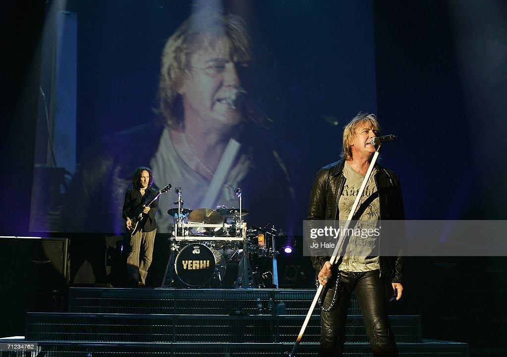 Def Leppard Play Carling Apollo Hammersmith : News Photo