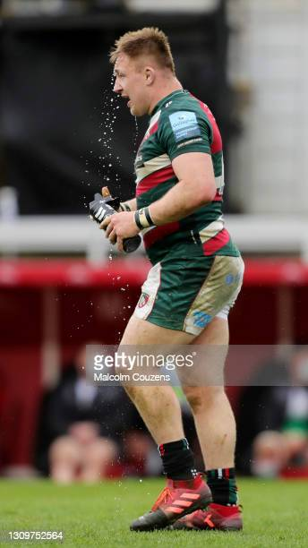 Joe Heyes of Leicester Tigers tips water on his face during the Gallagher Premiership Rugby match between Leicester Tigers and Newcastle Falcons at...