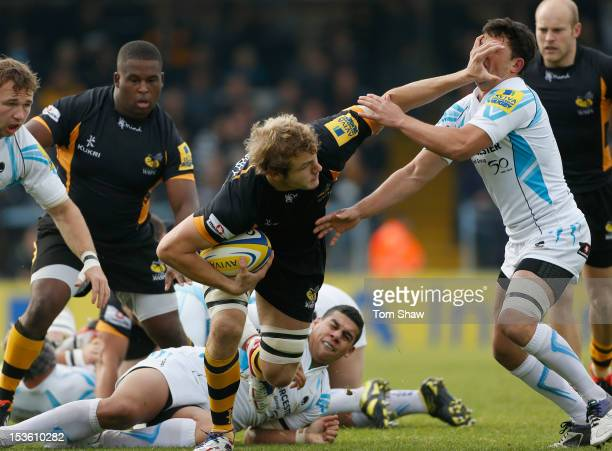 Joe Launchbury of Wasps evades a tackle during the Aviva Premiership match between London Wasps and Worcester Warriors at Adams Park on October 7...