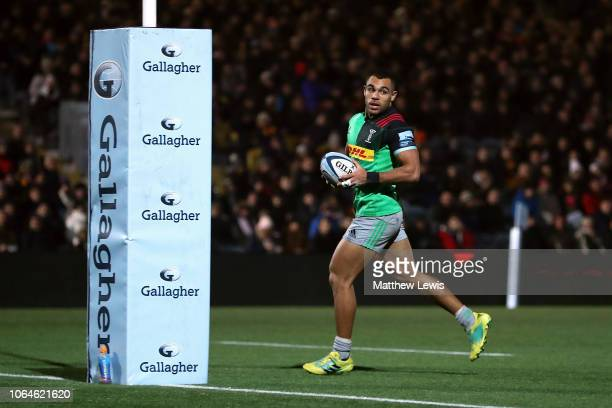 Joe Marchant of Harlequins breaks clear to score a try during the Gallagher Premiership Rugby match between Worcester Warriors and Harlequins at...