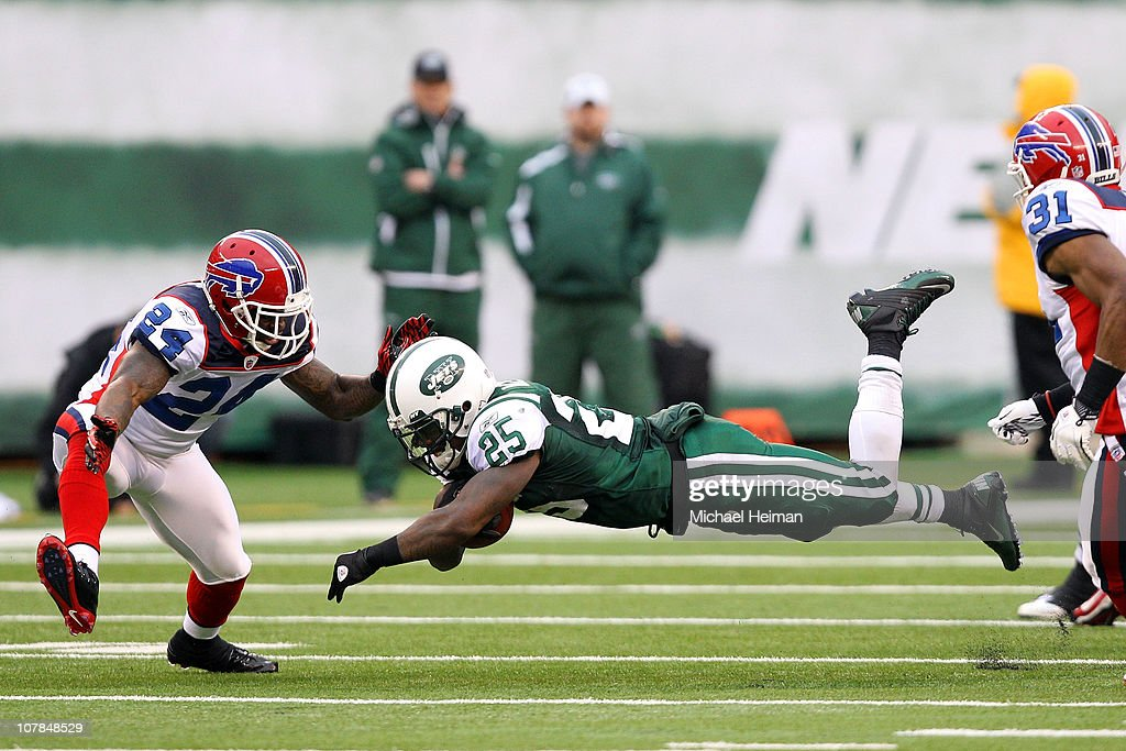 Joe McKnight #25 of the New York Jets loses his balance while running with the ball against Terrence McGee #24 of the Buffalo Bills at New Meadowlands Stadium on January 2, 2011 in East Rutherford, New Jersey.