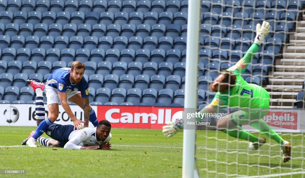 Preston North End v Cardiff City - Sky Bet Championship : News Photo