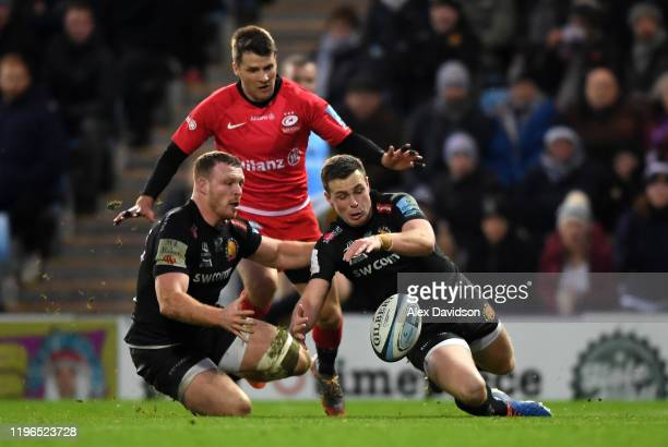 Joe Simmonds and Sam Simmonds of Exeter Chiefs beat Richard Wigglesworth of Saracens to the ball during the Gallagher Premiership Rugby match between...
