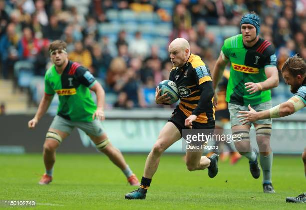 Joe Simpson of Wasps breaks clear to score their second try during the Gallagher Premiership Rugby match between Wasps and Harlequins at the Ricoh...
