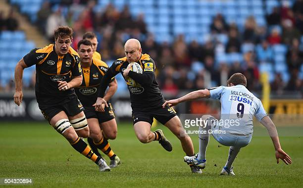 Joe Simpson of Wasps breaks from Charelie Mulchrone of Worcester Warriors during the Aviva Premiership match between Wasps and Worcester Warriors at...
