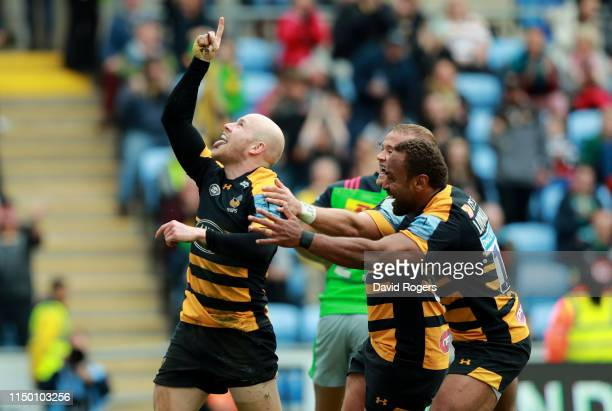 Joe Simpson of Wasps celebrates after scoring his second try during the Gallagher Premiership Rugby match between Wasps and Harlequins at the Ricoh...