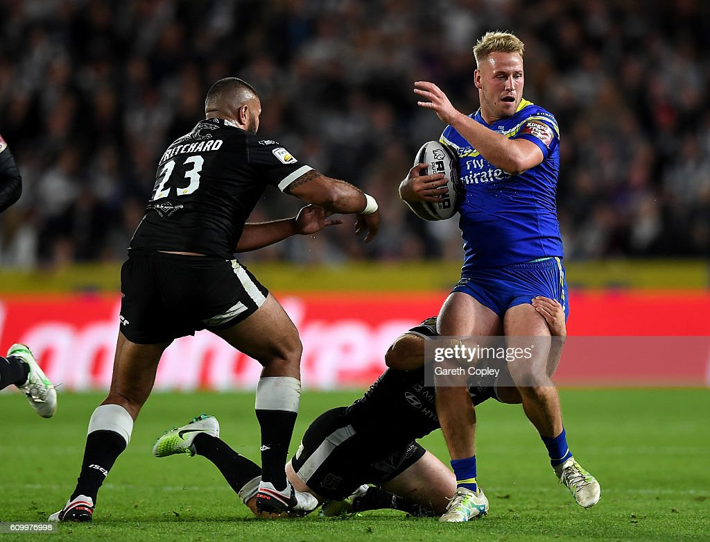 Joe Westerman of Warrington gets past Frank Pritchard of Hull during the First Utility Super League match between Hull FC and Warrington Wolves at KCOM Stadium on September 23, 2016 in Hull, England.