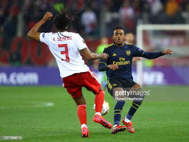 Joe Willock of Arsenal and Ruben Semedo of Olympiacos FC challenge for the ball during the UEFA Europa League round of 32 first leg match between...