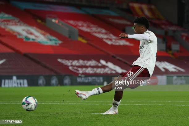 Joe Willock of Arsenal scores his sides fifth and winning penalty during the penalty shoot out during the Carabao Cup fourth round match between...