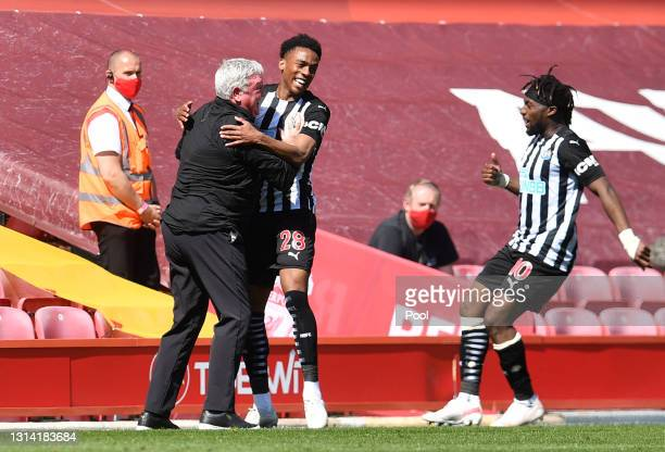 Joe Willock of Newcastle United celebrates with Steve Bruce, Manager of Newcastle United and Allan Saint-Maximin after scoring their side's first...