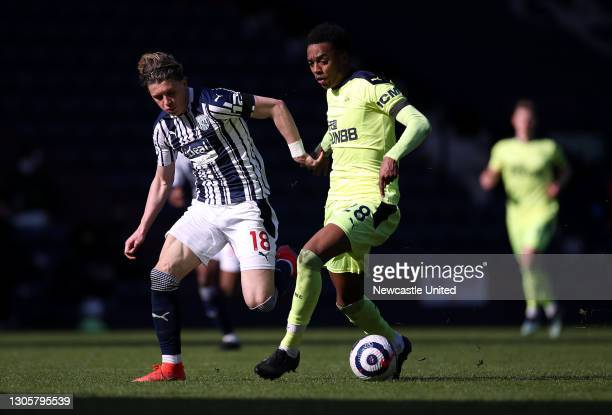 Joe Willock of Newcastle United runs with the ball whilst under pressure from Conor Gallagher of West Bromwich Albion during the Premier League match...