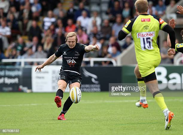 Joel Hodgson of Newcastle misses a drop goal with the last kick of the match which would have won the match during the Aviva Premiership match...