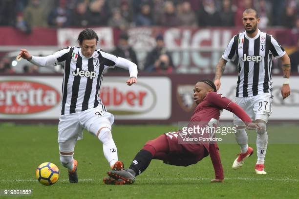Joel Obi of Torino FC clashes with Federico Bernardeschi of Juventus during the Serie A match between Torino FC and Juventus at Stadio Olimpico di...