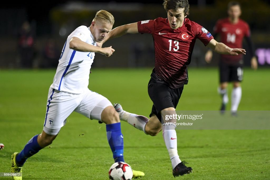 Joel Pohjanpalo (L) of Finland and Caglar Soyuncu of Turkey vie for the ball during the FIFA World Cup 2018 qualifying football match between Finland and Turkey in Turku, Southern Finland on October 9, 2017. / AFP PHOTO / Lehtikuva / Antti Aimo-Koivisto / Finland OUT