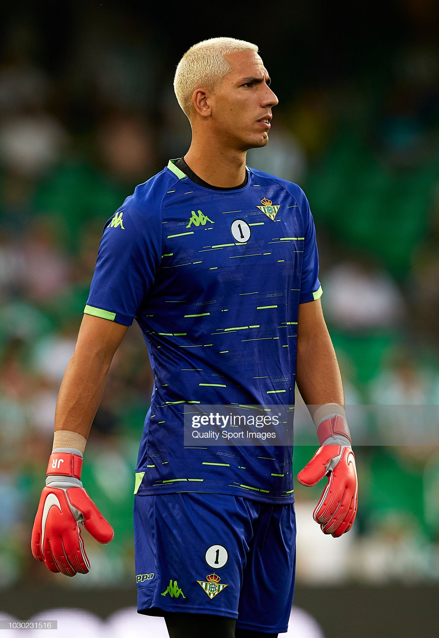¿Cuánto mide Joel Robles? - Altura - Real height Joel-robles-of-betis-looks-on-prior-to-the-la-liga-match-between-real-picture-id1030231516?s=2048x2048