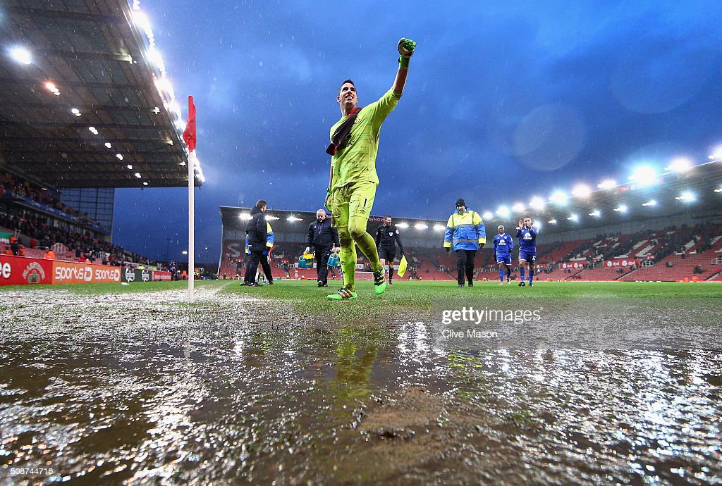 Joel Robles of Everton applauds away supporters while walking off the waterlogged pitch after the Barclays Premier League match between Stoke City and Everton at Britannia Stadium on February 6, 2016 in Stoke on Trentl, England.