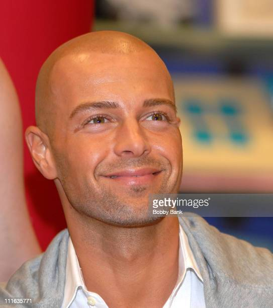 Joey Lawrence at Borders Bookstore Bridgewater New Jersey signing Dancing With the Stars Fitness Book September 26 2007 in Bridgewater