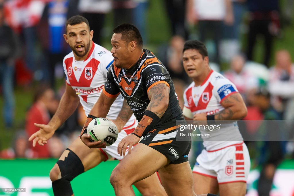 NRL Rd 1 - Dragons v Wests Tigers : News Photo