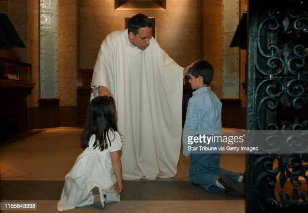 Joey McLeister/Star Tribune St PaulMnSatMay 28 2005First in newly ordained priest Michael Izen's receiving line were his niece and nephew fouryearold...