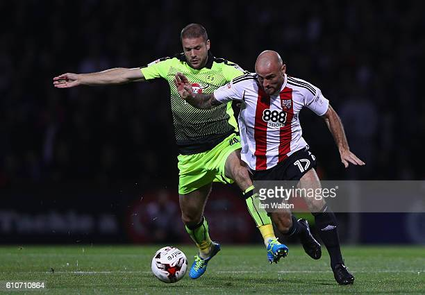 Joey Van den Berg of Reading tries to tackle Alan McCormack of Brentford during the Sky Bet Championship match between Brentford and Reading at...