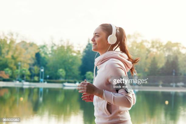 jog en glimlach - joggen stockfoto's en -beelden