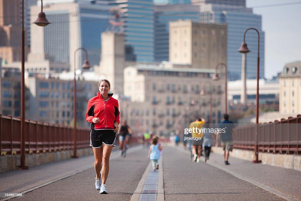 ジョギング crossing 有名なミネアポリスの石造りのアーチ橋です。 : ストックフォト