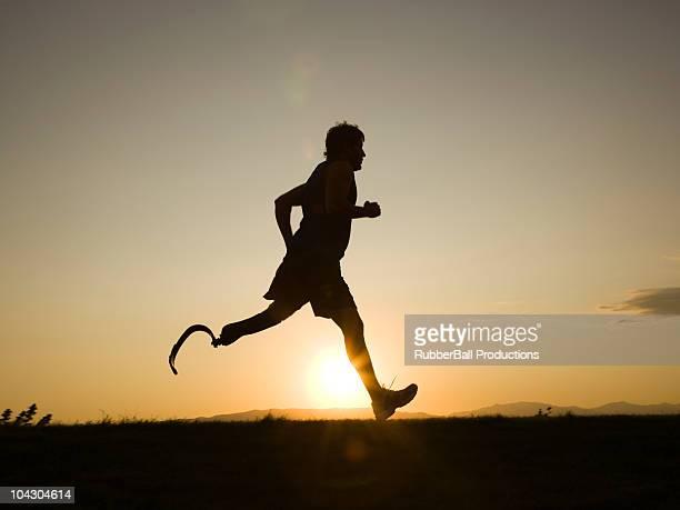jogger et tournez à droite sous le genou de jambes artificielles. running