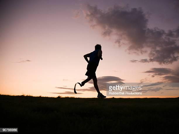 jogger avec une course de jambes artificielles.